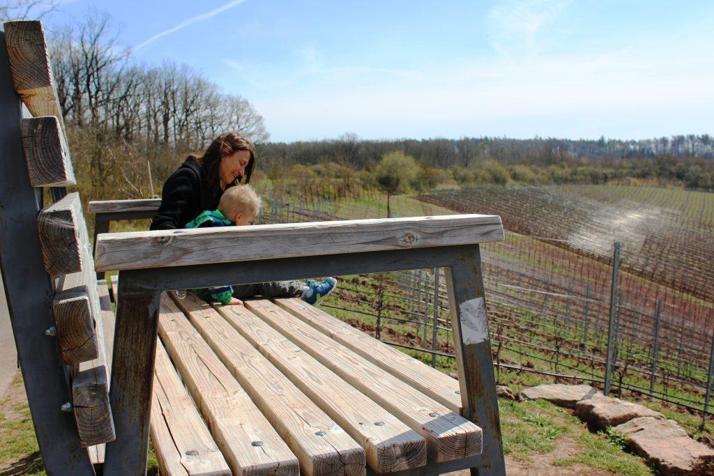 Wandern mit Kindern in den Weinbergen unterhalb der Burg Hoheneck bei Ipsheim