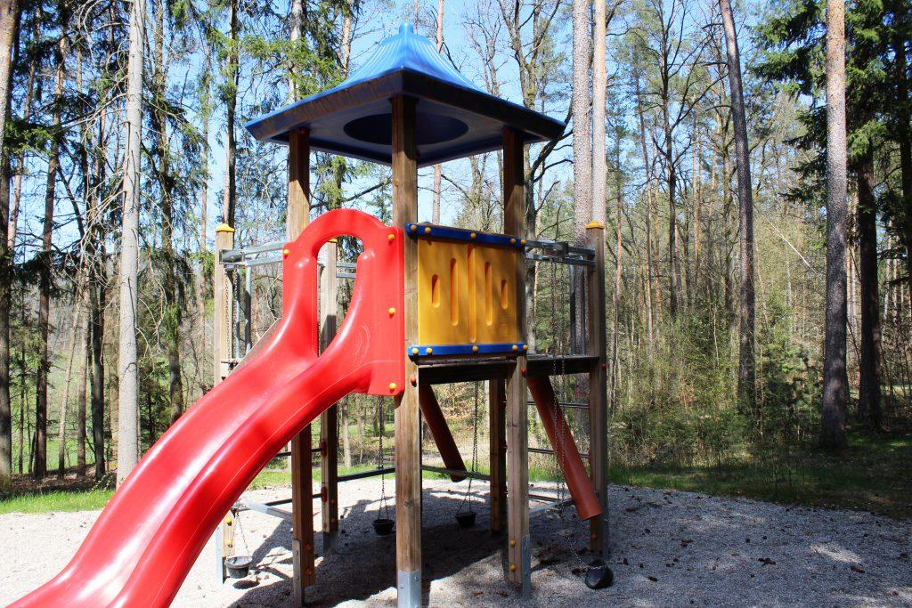 Spielplatz-Tour durch Dietenhofen zur Burgruine Leonrod, Familien-Wanderung in Franken mit Kindern